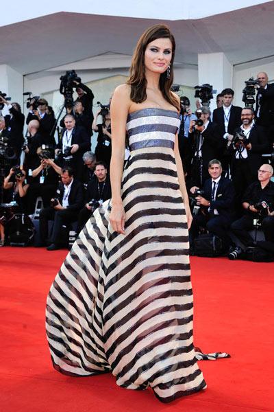 Isabeli Fontana en robe de soirée rayée longue bustier
