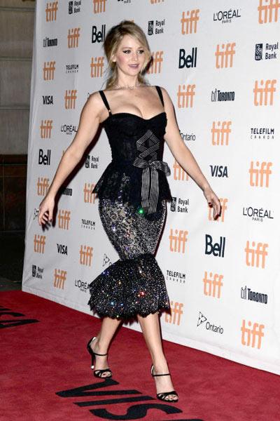 Jennifer Lawrence dans une robe de soirée noire sexy à tapis rouge