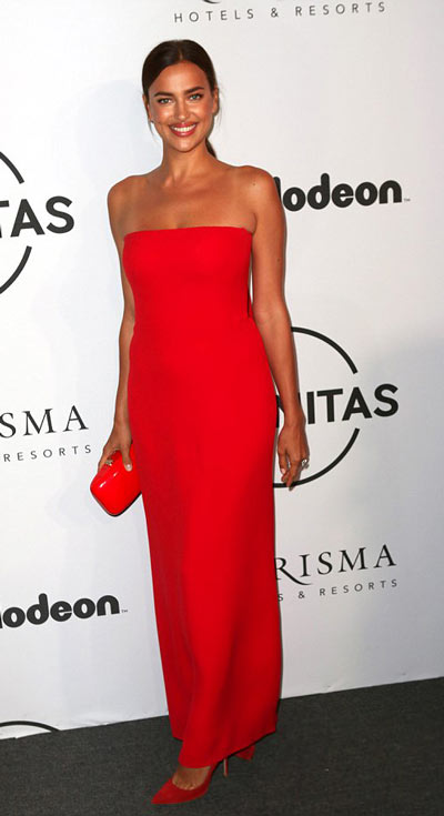 Robe de gala rouge simple bustier droit Irina Shayk