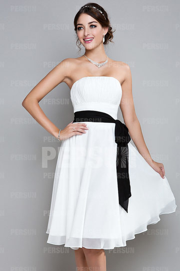 Robe de soirée simple blanc bustier ceinturée en noir courte en mousseline