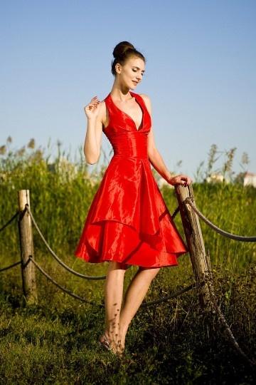 Robe sexy de soirée rouge décolletée en V plongeant à col halter en taffetas